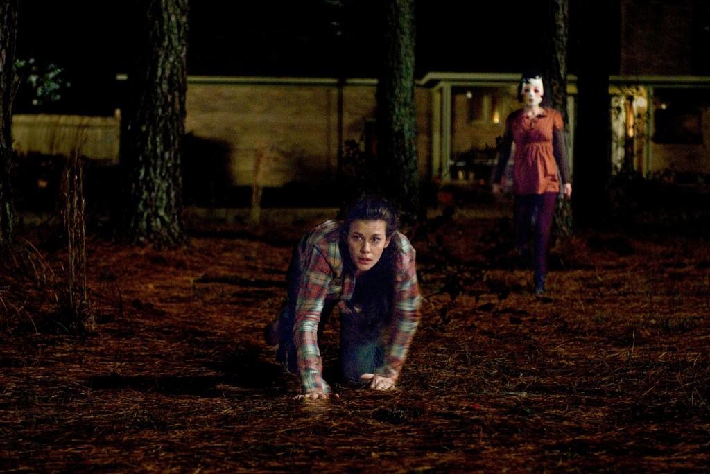 The Strangers 2008 - класическо хорър клише, героят се препъва, докато бива преследван от ужаса.