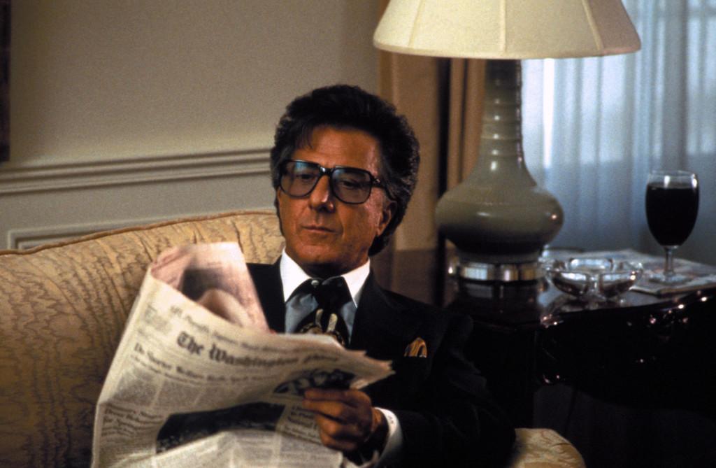 Wag the Dog 1997 - черната комедия разказва за медийни специалисти, които отвличат общественото внимание, по време на предизборна кампания, от секс скандал към несъществуваща война. Филмът е пророчески, защото месец след излъчването му Бил Килинтън бомбардира Судан - в разгара на скандала с Моника Люински.