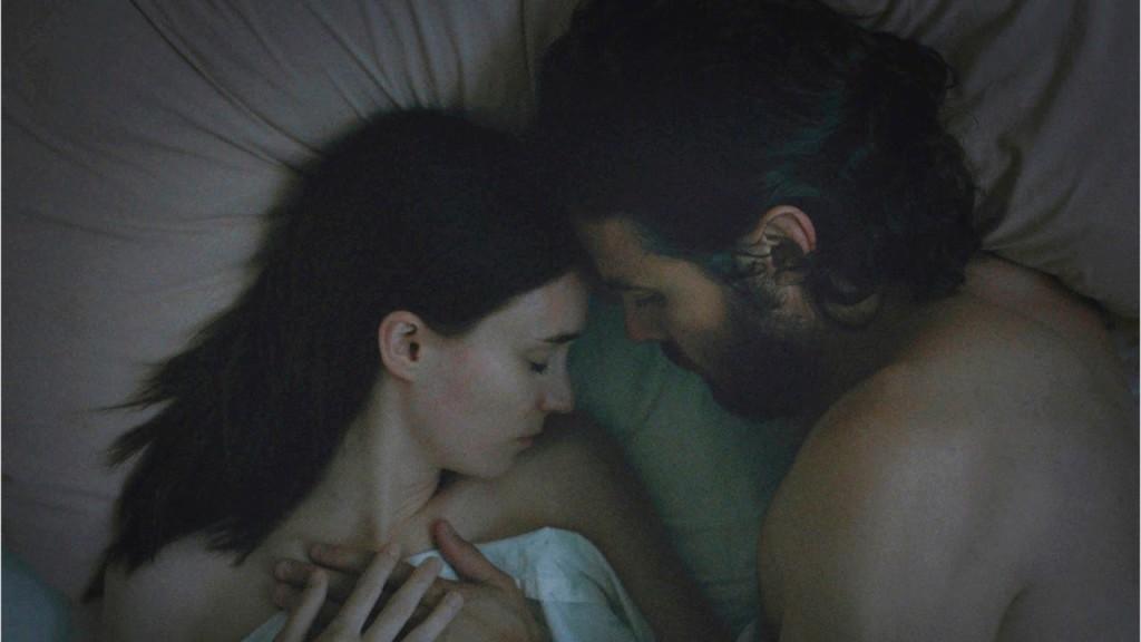 Снимка: Един от красивите кадри във филма е, когато камерата се вдига и се извисява над двойката. Зрителят е призрак, който ги гледа в тъмното.
