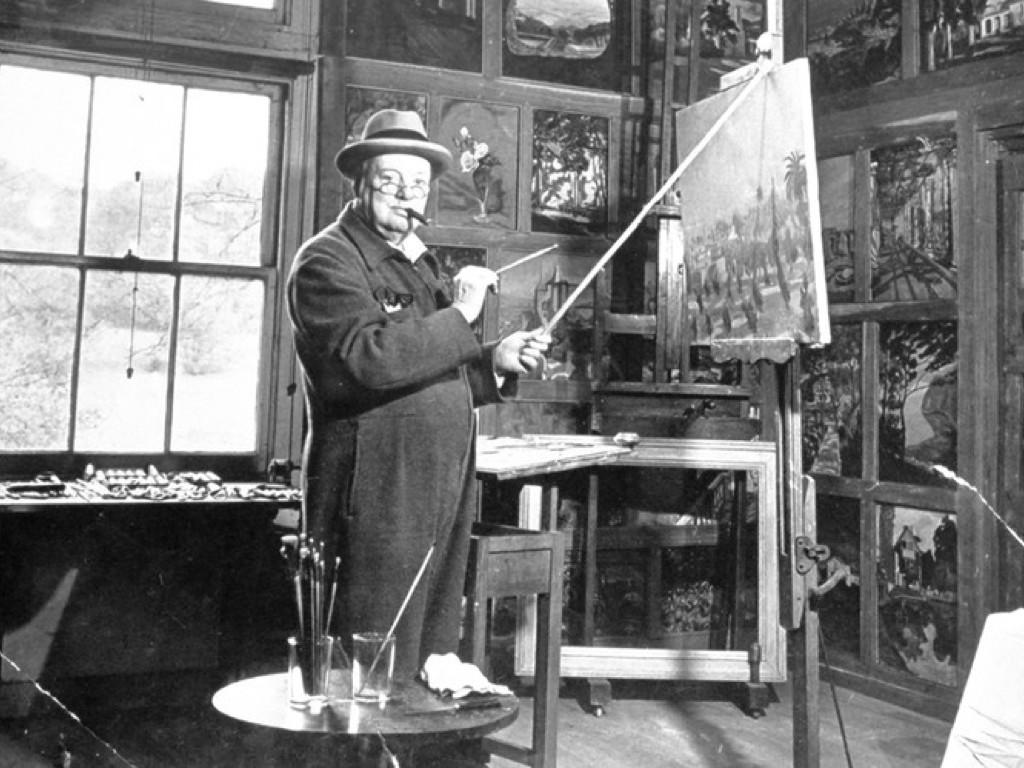 Уинстън Чърчил рисува в студиото си
