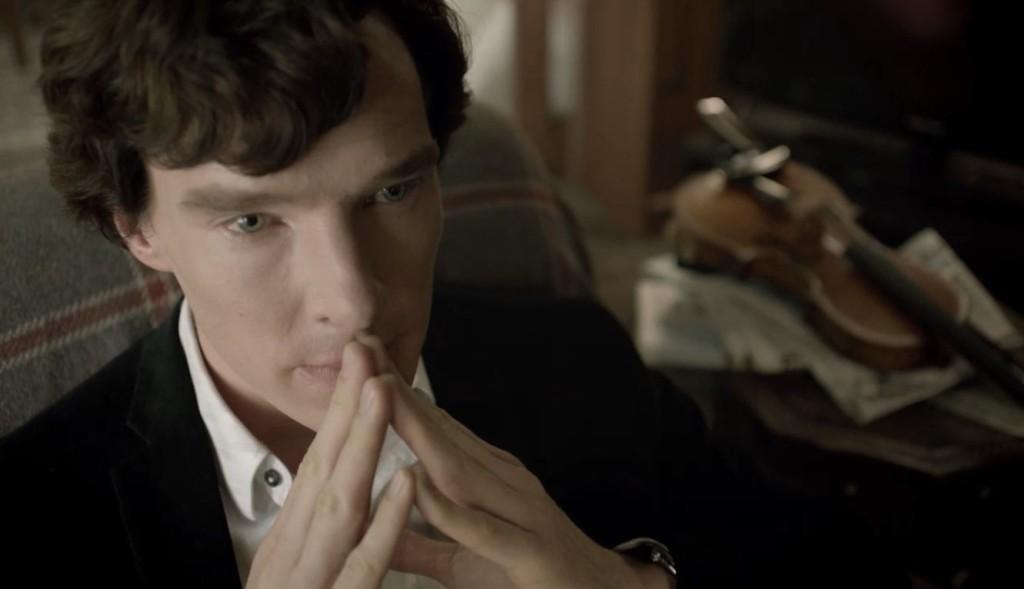 Sherlock 2010- Шерлок Холмс често изстрелва на глас мисли и хипотези. Той говори сякаш на себе си дори, когато в стаята има хора.
