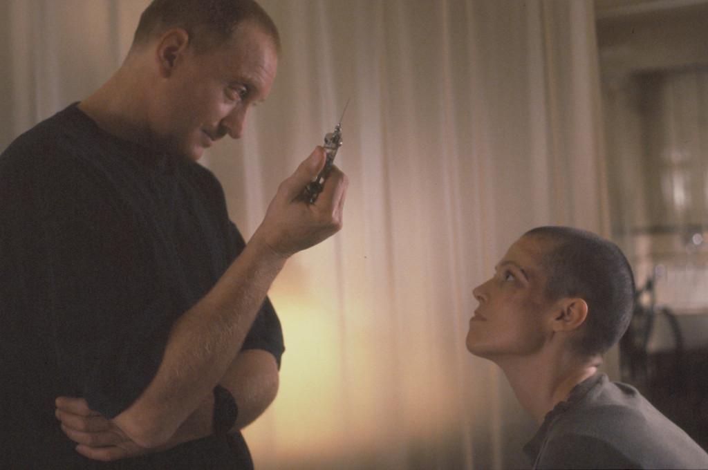 Alien³ 1993 - Елън Рипли се самоубива, когато разбира, че е носител на ембрион от пришълец.