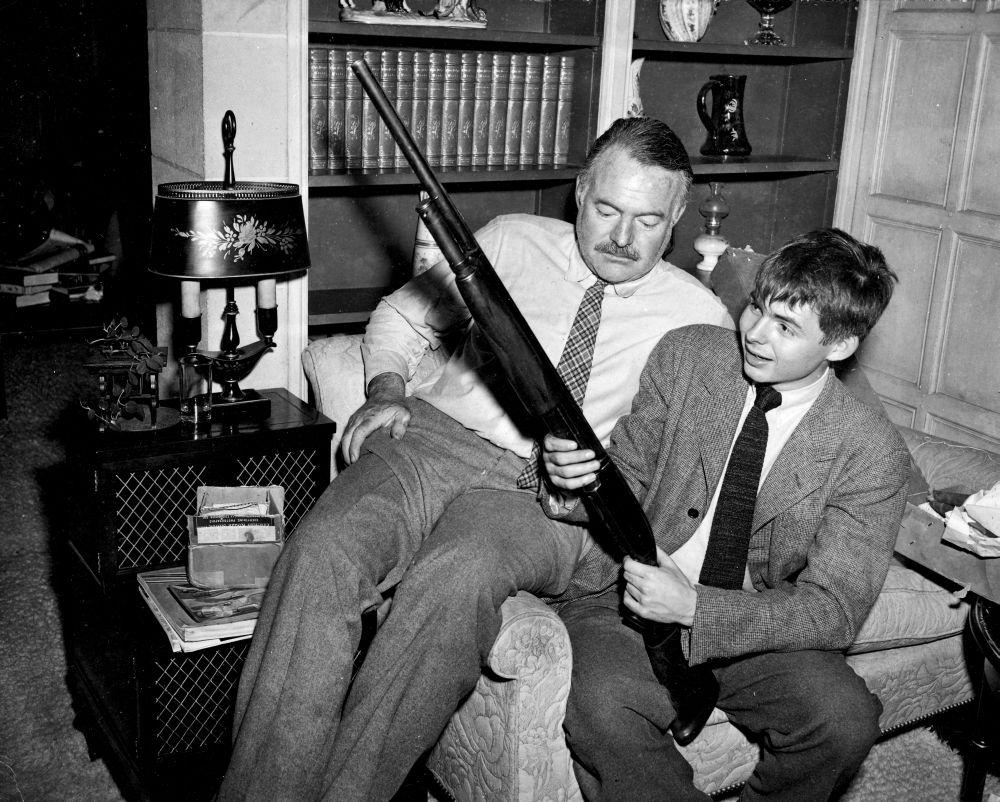 Ърнест Хемингуей със сина си Патрик, 1946 / Освен че е самоубиец, писателят е боксьор, ловец, алкохолик и скандалджия.