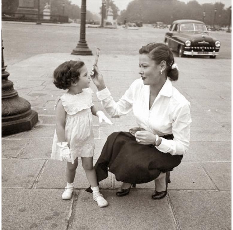 Тиърни и втората й дъщеря Тина в Париж / Фото: Walter Carone, 1951, Paris Match Archive