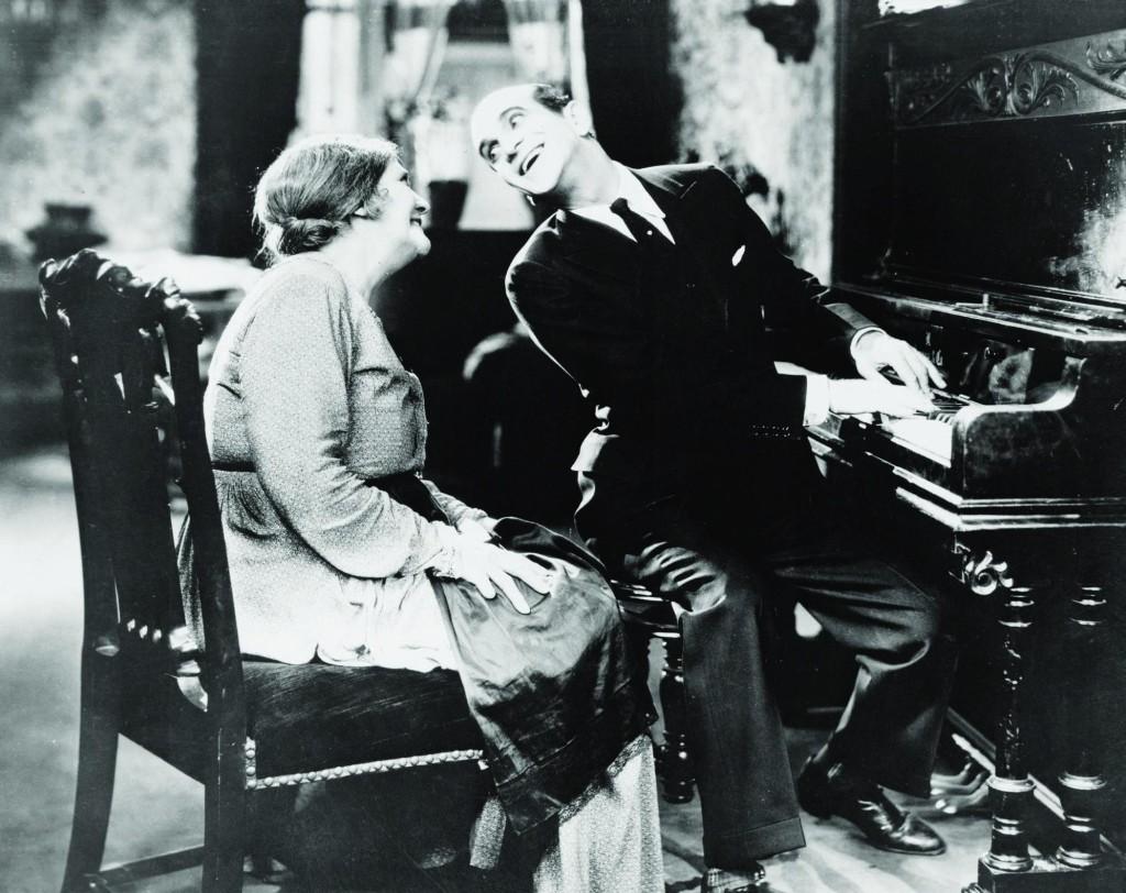 The Jazz Singer 1927 е първият озвучен филм.