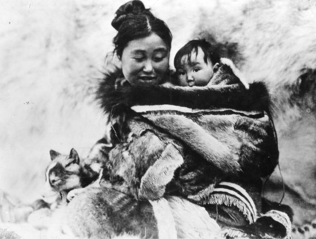 Nanook of the North 1922 на Робърт Флахърти често е цитиран като първия документален филм.